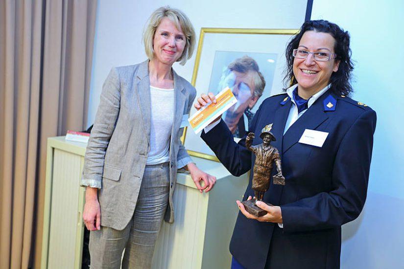 Nathalie Smeets (rechts) krijgt de award uitgereikt van Marieke van Wallenburg (links). Foto: Wilmar Dik