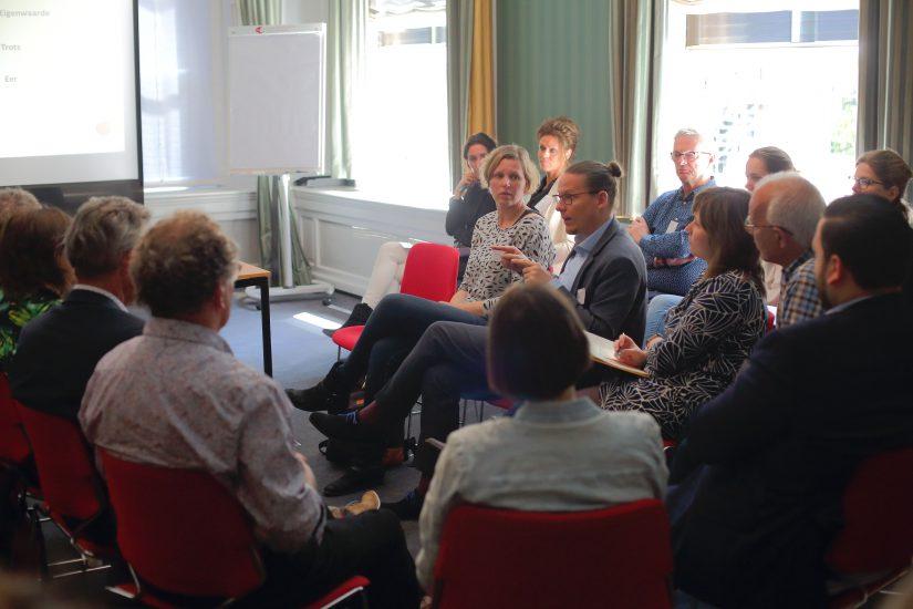 Niels-Ingvar Boer in gesprek tijdens de deelsessie 'De 7 doodzondes van leidinggevenden'