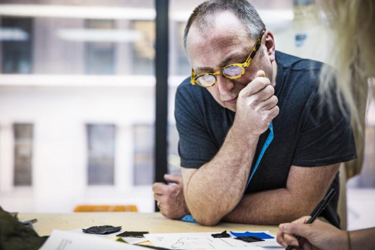 Een man kijkt bedenkelijk naar papieren