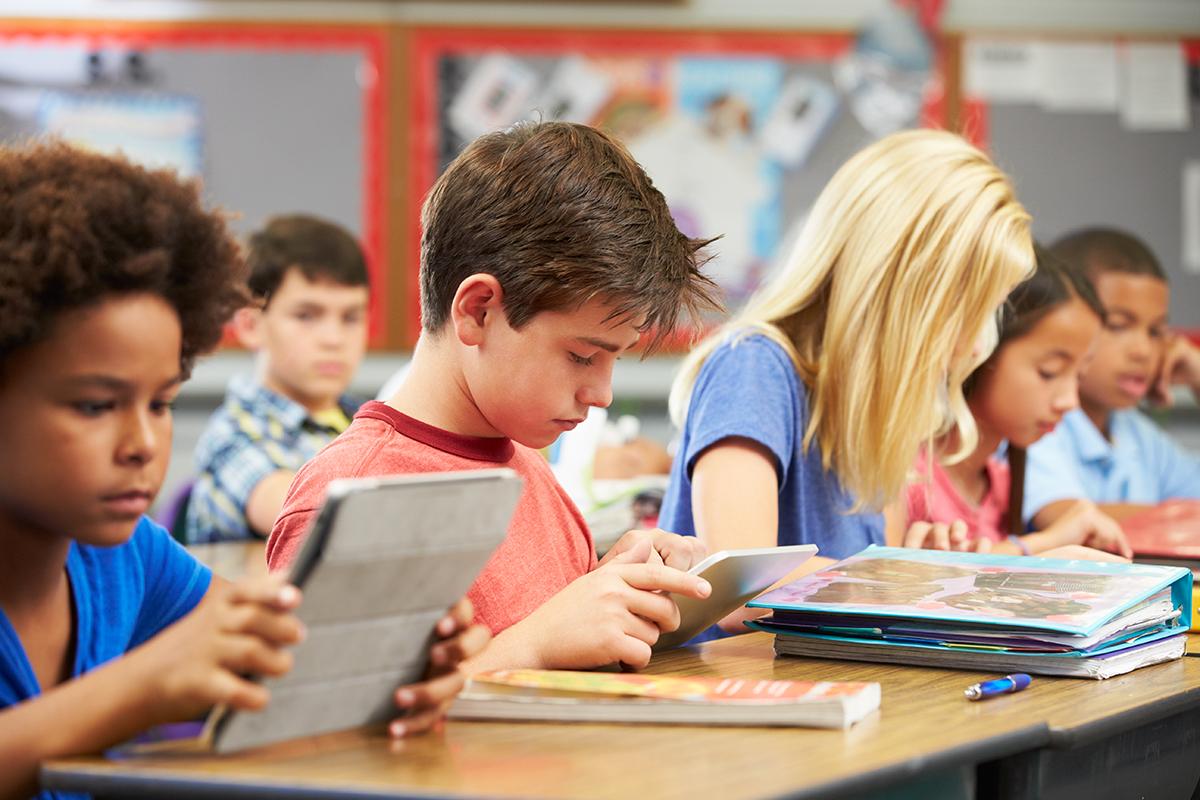 Leerlingen basisschool leren op de tablet