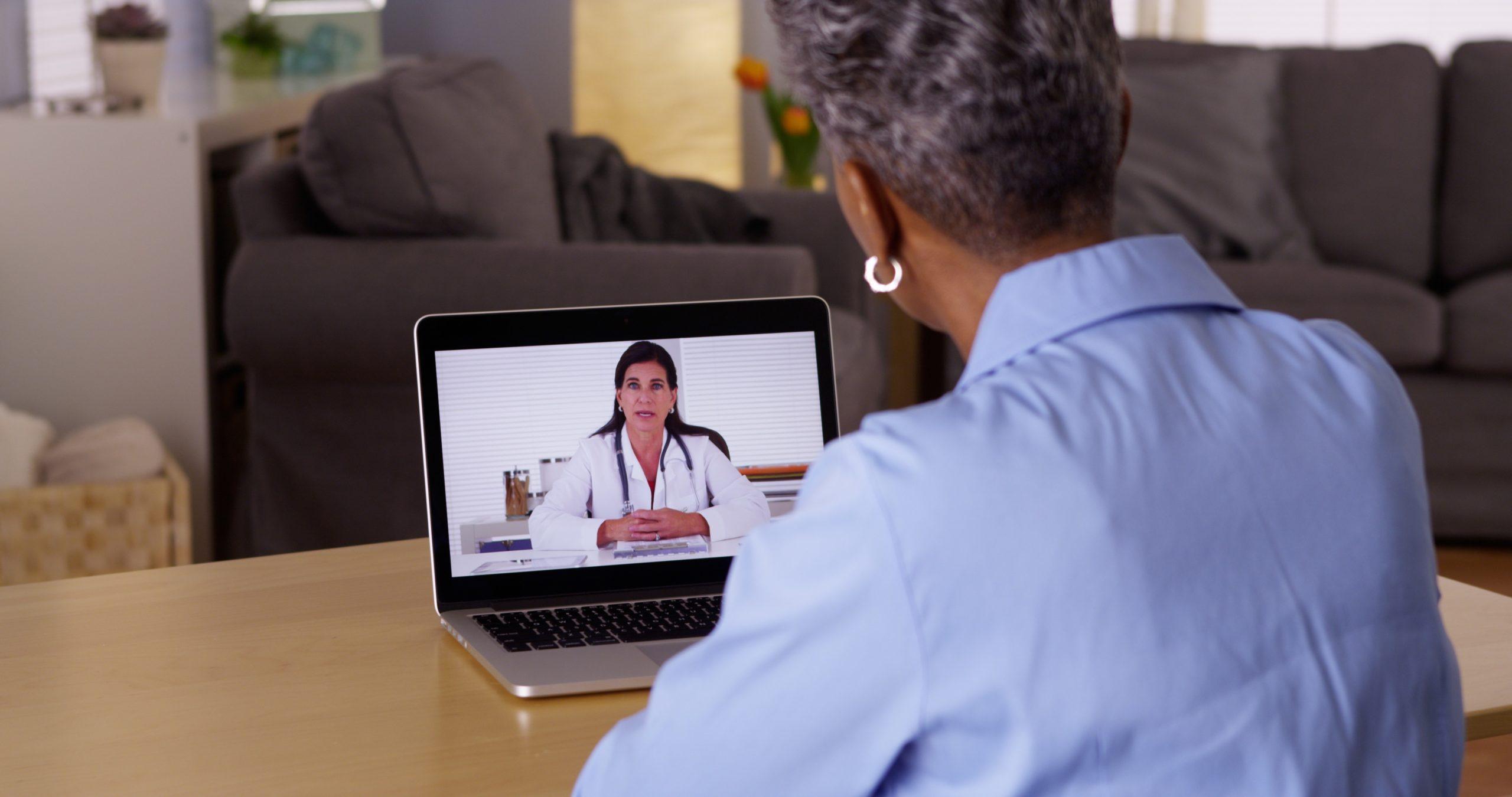 Patiënt praat met dokter via beeldbellen