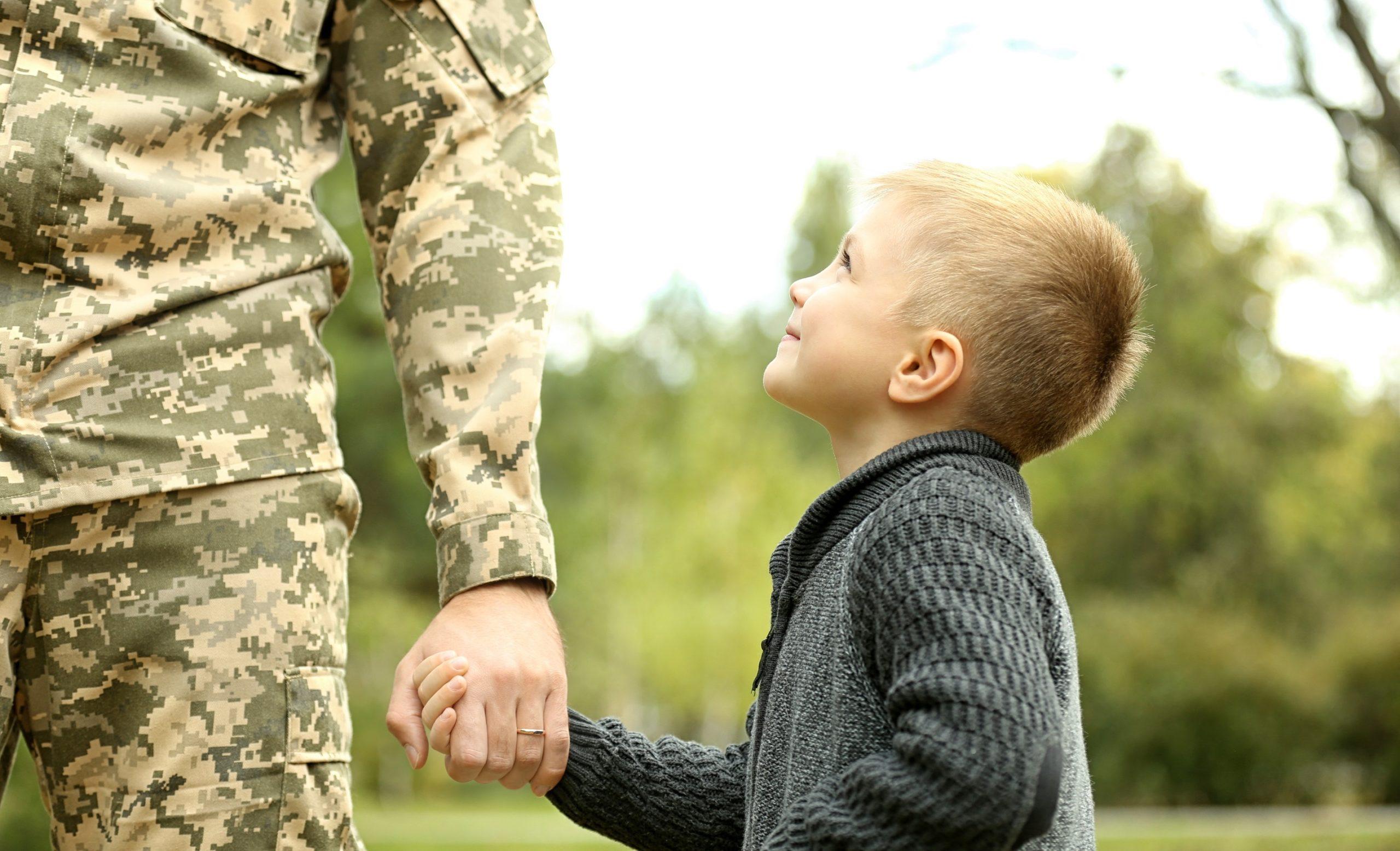 Jongetje is blij om soldaat te zien