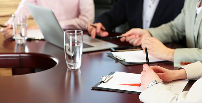 foto van een vergadertafel met mensen