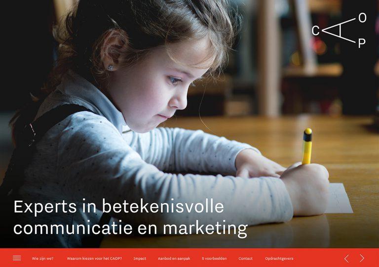 Een jong meisje maakt haar huiswerk, waaronder de tekst Experts in betekenisvolle communicatie en marketing staat