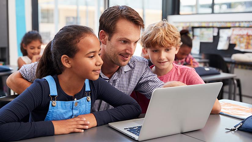 man en kinderen achter de laptop
