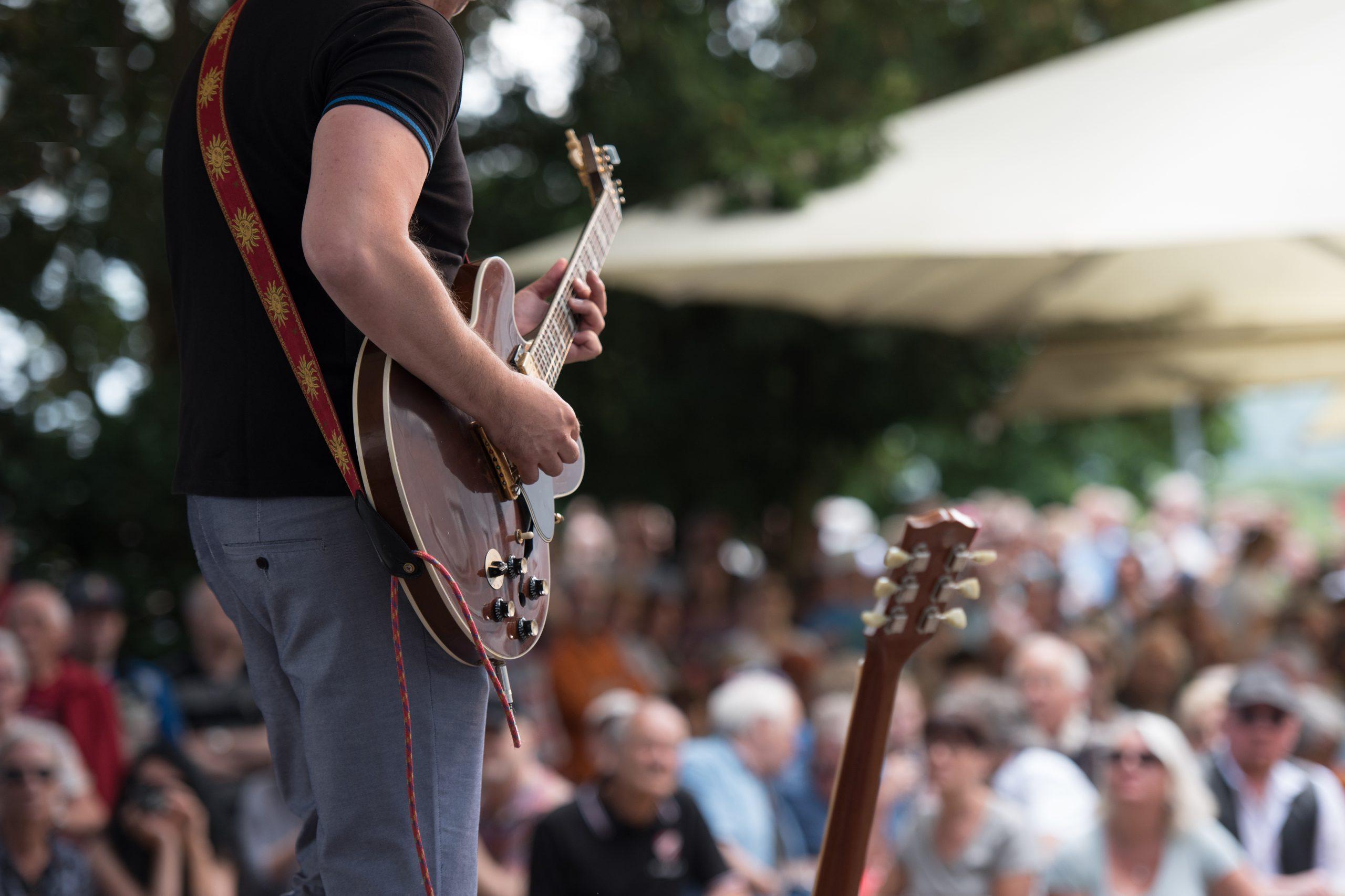 Artiest speelt gitaar op een podium
