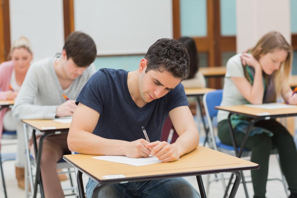Leerlingen zitten in de schoolbank voor het maken van een toets