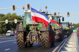 Tractor op weg naar het boerenprotest op het Malieveld in Den Haag