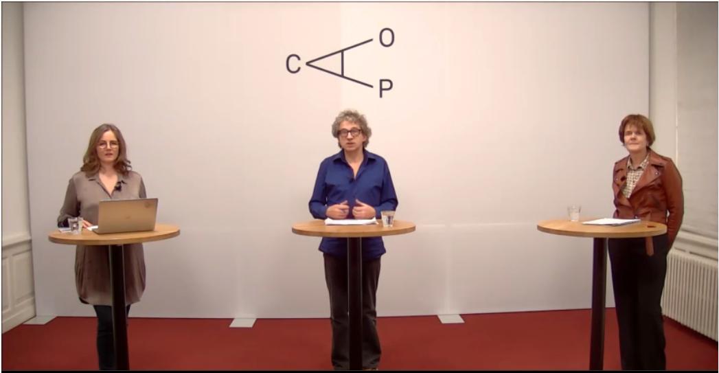 Esther van Rijswijk, presentator Frénk van der Linden en Guusje Dolsma staan in de studio klaar om deel te nemen aan de vierde webinar uit de reeks Op weg naar de verkiezingen: werken in een nieuwe werkelijkheid