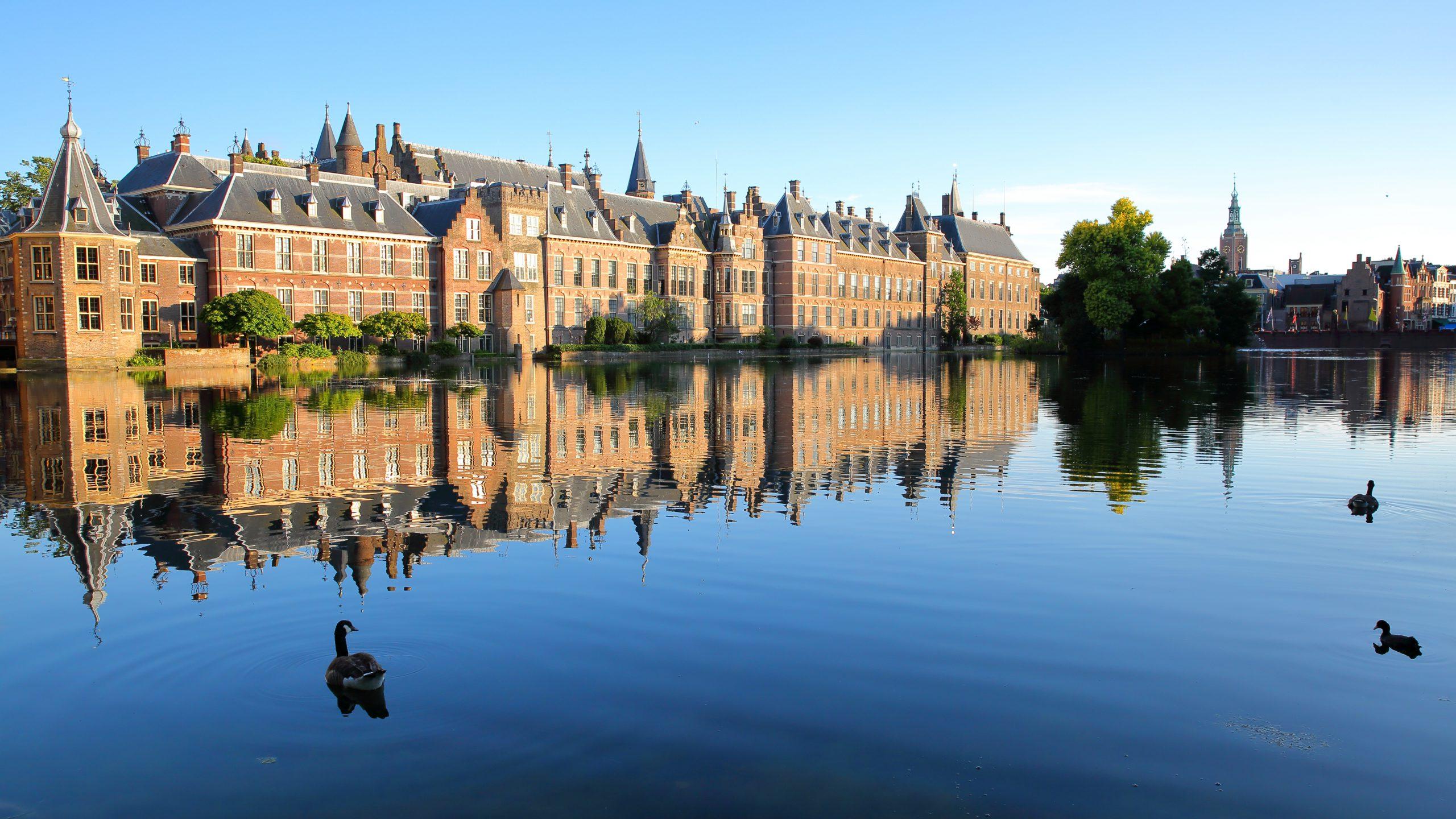 Binnenhof en Hofvijver op een zonnige dag