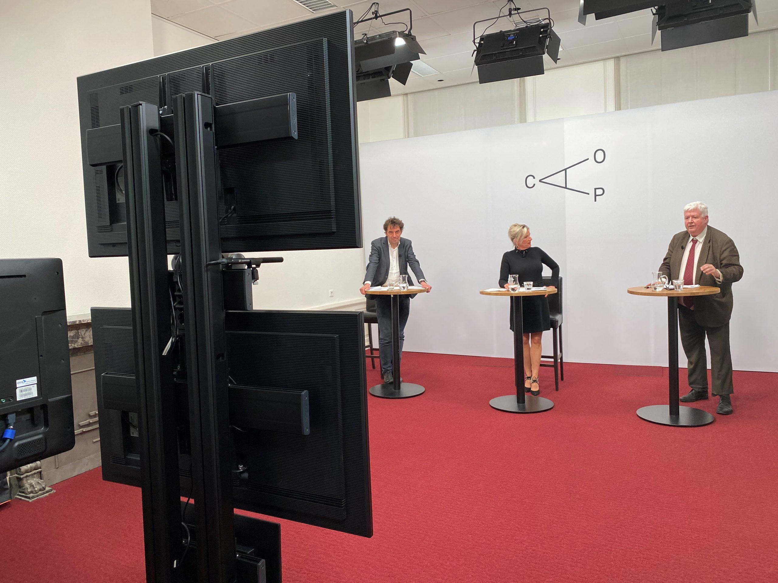 Hoogleraar Marc van der Meer, presentator Marianne van den Anker en hoogleraar Frits van der Meer discussiëren met elkaar tijdens de eerste webinar uit de reeks Bouwen aan vertrouwen